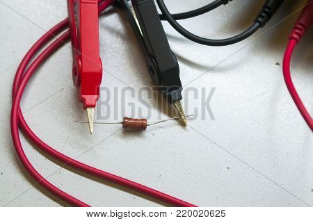 Probes multimeter when testing the nominal resistance