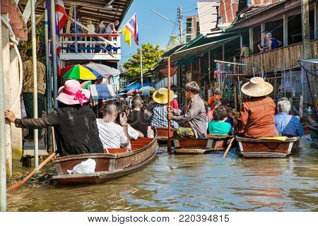 RATCHABURI, THAILAND - JAN 21, 2016 : Floating markets on Jan 21, 2016 in Damnoen Saduak,Ratchaburi Province, Thailand. Until recently, the main form of trade, now mostly a tourist attraction.