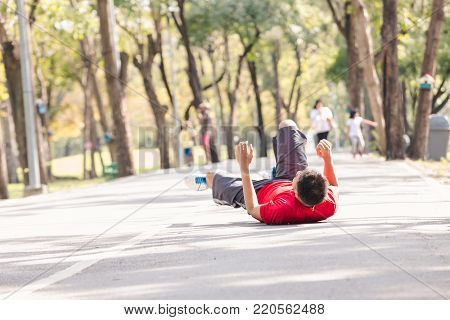 Asian young sport man ankle  injury from jogging