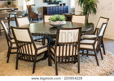 Modern Round Table And Chairs With Centerpiece