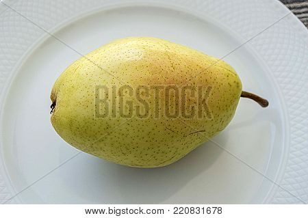 pears in the plate, eating pears is beneficial, you need to eat pears to lose weight healthy,