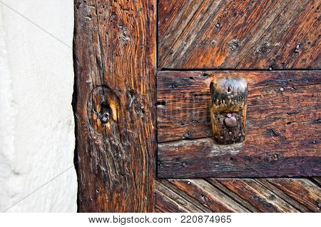closing and striking mechanism in burnished metal of an ancient wooden door