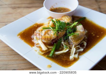 Wide rice noodles in gravy,Fried Noodles with twine,Noodle Raadna put many vegetables and seafood