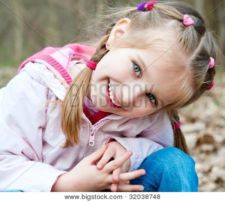 Schattig klein meisje op het hout in de lente