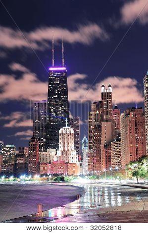 Rascacielos urbanos de la ciudad Chicago por la noche en el centro de la ciudad lakefront iluminado con el lago Michigan y wate