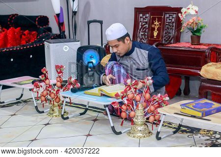 Labuan,malaysia-may 9,2021:malaysian Muslim Reading The Holy Book Quran During The Holy Ramadan Kare
