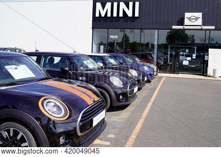 Bordeaux , Aquitaine France - 05 08 2021 : Mini Cars Park Outside A Mini Cooper Dealership Shop Seco