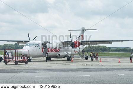 Melaka, Malaysia.  August 18, 2017. Passengers Departing A Malindo Air Passenger Plane On The Runway