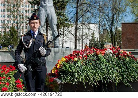 Izhevsk - Russia - 05.09.2021: Victory Day, Laying Flowers At The Eternal Flame. High Quality Photo