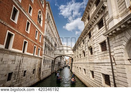 Venice, Italy - Sept 13, 2015: The Famous Bridge Of Sighs (ponte Dei Sospiri) In Baroque Style That