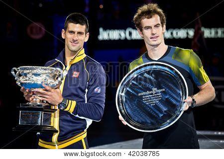 MELBOURNE - 27 janvier : Novak Djolovic (L) de la Serbie avec le trophée pour avoir remporté l'australien de 2013