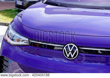Bordeaux , Aquitaine France - 05 08 2021 : Volkswagen Vw  Id.3 Logo Brand Sign Car Grill German Elec