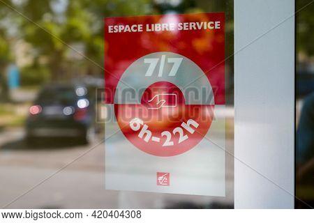 Bordeaux , Aquitaine France - 05 08 2021 : Caisse D'epargne Espace Libre Service Text Sign And Brand