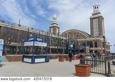 Chicago,illinois,usa - April 23,2018 : Crowded Of Tourist Sightseeing At Navy Pier On Sunny Day On A