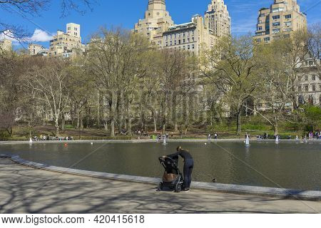 New York, Usa - April 26,2018 : People Come To Enjoy Spring Weather At Conservatory Water In Central
