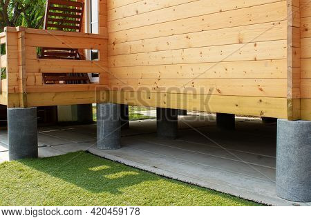 Round Cement Columns Designed To Support Nockdowns Prefabricated Houses