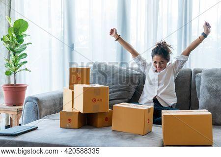 Asian Women Selling Shopping Online