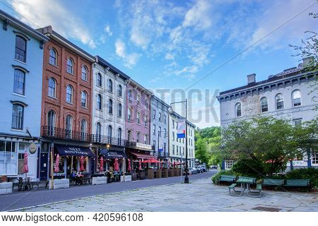 Kingston, Ny - Usa- May 12, 2021: A Landscape View Of The Shops And Restaurants On West Strand Stree