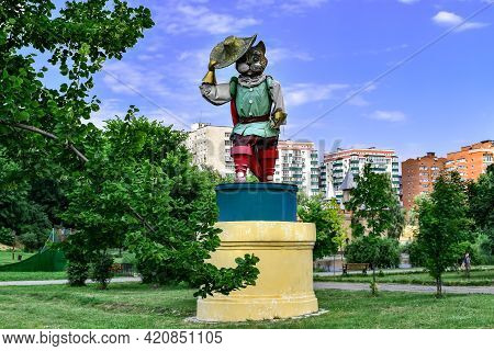 Sumy, Ukraine - June 22, 2020: Fabulous Sculpture Of A Cat At The Entrance To Kazka Park In Sumy. Ca