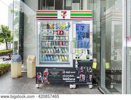 Bangkok, Thailand - 30 April, 2021: Seven Eleven 7-11 Vending Machine Is Set Up In Front Of Showdc M