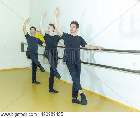 Group Of People Dancing In The Studio, Group Of People Dancing, Group Of People Doing Exercise