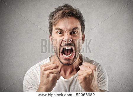 Porträt des jungen zorniger Mann