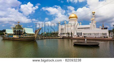 Sultan Omar Ali Saifuddin Mosque in Bandar Seri Begawan - Brunei