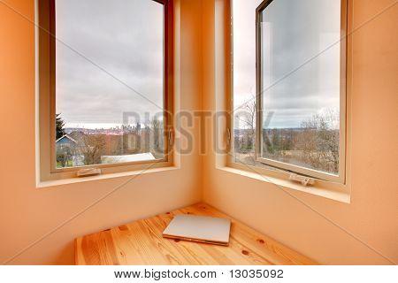 Doble ventana y escritorio de la esquina con la computadora