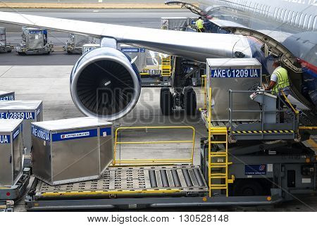 Hawaii USA - May 19 2008: airport personnel effettua loading platform of air freight to the aircraft delle Hawaii