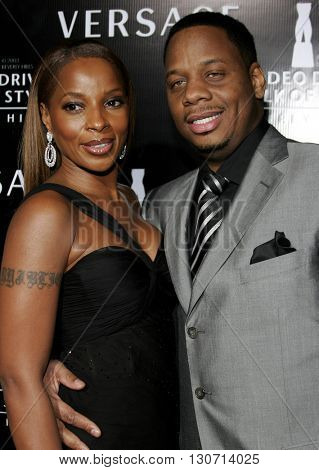 Mary J. Blige and Kendu Isaacs at the Rodeo Drive Walk Of Style Award honoring Gianni and Donatella Versace held at the Beverly Hills City Hall in Beverly Hills, USA on February 8, 2007.