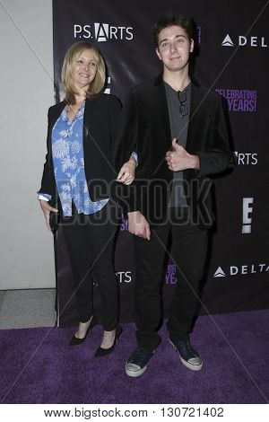 LOS ANGELES - MAY 20:  Lisa Kudrow, Julian Murray Stern at the PS Arts - The Party at NeueHouse Hollywood on May 20, 2016 in Los Angeles, CA