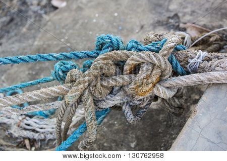 Knotted knots on old worn ropes unreliable