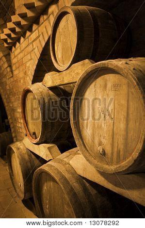 Barriles de vino apilan en la antigua bodega de la bodega.