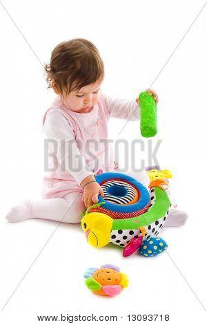 Glücklich, Baby Girl sitting on Floor spielen mit Stofftier, Lächeln, isoliert auf weißem Hintergrund.