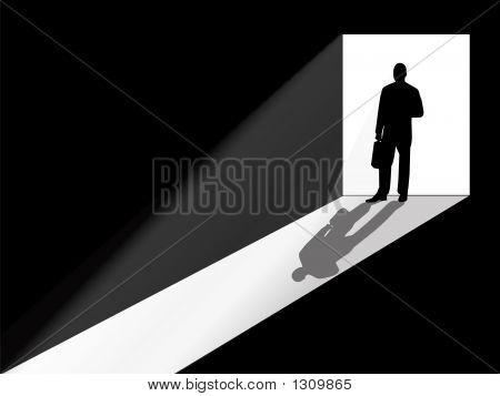 Бизнес человек силуэт, стоя в дверях