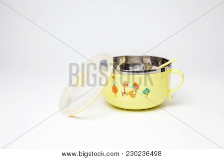 An Plastic Dining Bowl With Lid And Spoon