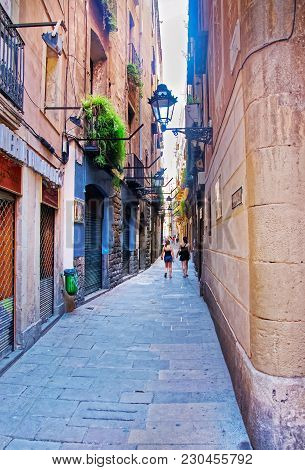 Barcelona, Spain - August 7, 2010: Narrow Street In The Old City In Barcelona, Spain, In Summer