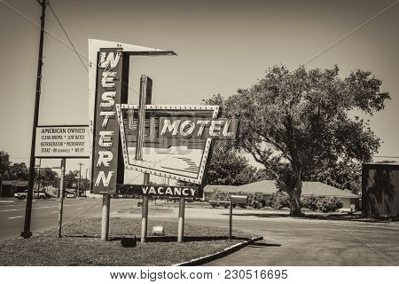 Sayre, Oklahoma, Usa - May 12, 2016 : Western Motel And Vintage Neon Sign On Historic Route 66 In Ok