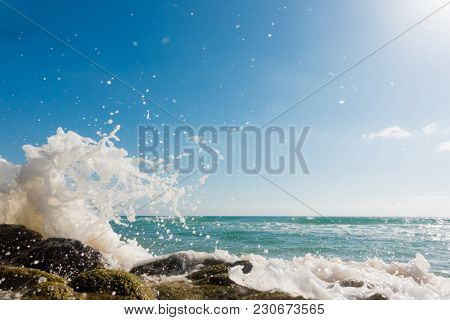 Bursts of the waves of the sea, Wave bursting over rocks