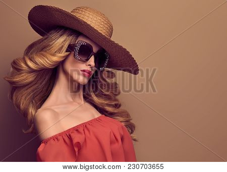 Fashion Art Studio Portrait Glamour Beautiful Blond Lady. Fashionable Hairstyle, Luxury Trendy Sungl