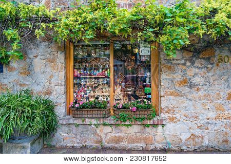 Hahndorf, Australia - November 12, 2017: Shop Window With Souvenirs In Famous Hahndorf German Ethnic