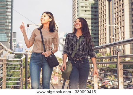 Best Friends Enjoying Time Together Outdoors, Travelling In City - Girlfriends On Vacation Having Fu