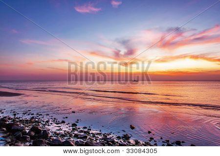 Tropical playa hermosa puesta de sol. Fondo de naturaleza