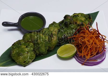 Hariyali Chicken Tikka. Mint, Spinach And Yoghurt Marinated Spiced Tandoori Chicken, Indian Cuisine