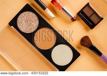 Contour And Hight Light Skin Set With Concealer, Eye Shadow, Lipstick And Brush Powder Blusher On Or