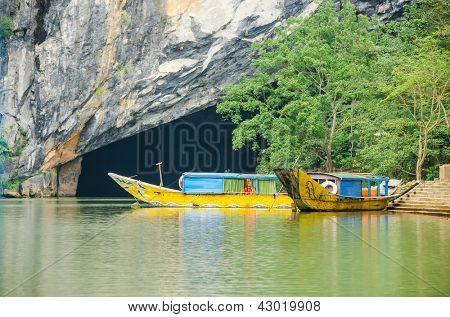 Tourist boats, the mouth of Phong Nha cave with underground river, Phong Nha-K? B�ng National Park, Vietnam