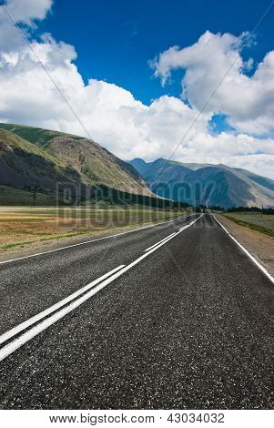 The road against the background of mountains