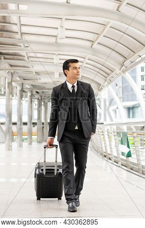 Business Man Wearing A Suit With A Suitcase Carrying A Luggage - Lifestyle Business People Concept