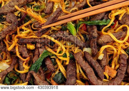 Beef And Egg Noodle Stir Fry With Vegetables Background