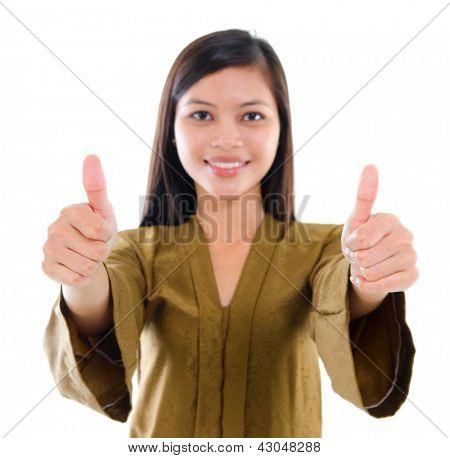 Sudeste Asiático muçulmano feminino no tradicional kebaya com longos cabelos negros dando thumbs up sinal com